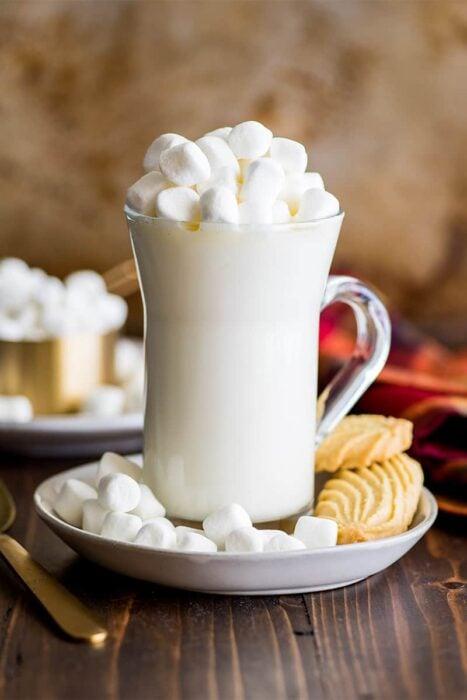 Taza de chocolate blanco decorado con bombones
