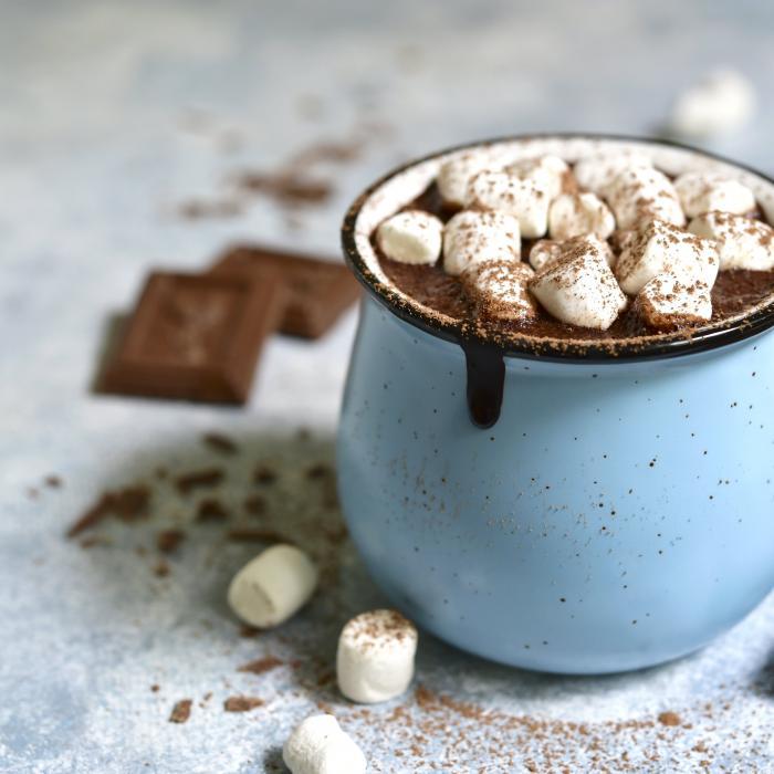 Taza de chocolate oscuro decorado con bombones