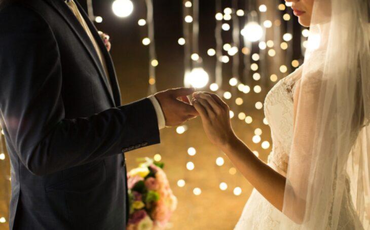 Pareja de novios tomados de la mano; Demanda a su novio por no proponerle matrimonio en 8 años de noviazgo