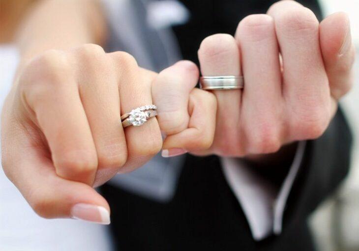 Pareja de novios con anillos al dedo; Demanda a su novio por no proponerle matrimonio en 8 años de noviazgo