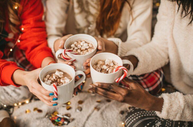 Amigas bebiendo chocolate caliente con bombones