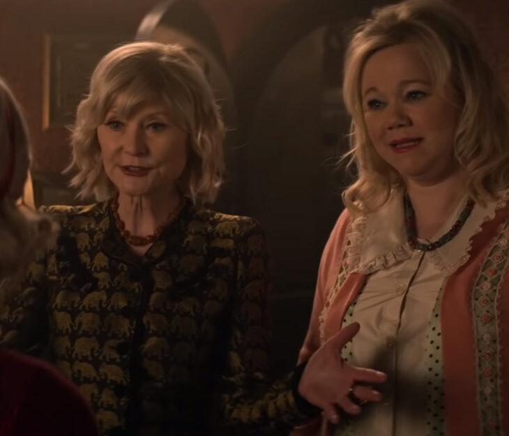 Temporada 4 de El mundo oculto de Sabrina con las tías Hilda y Zelda originales; Beth Broderick, Caroline Rhea y Kiernan Shipka
