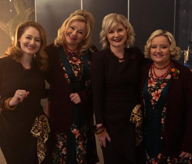Temporada 4 de El mundo oculto de Sabrina con las tías Hilda y Zelda originales; Beth Broderick, Carolina Rhea, Miranda Otto y Lucy Davis