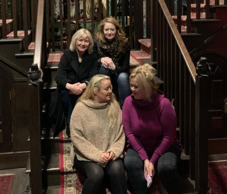 Temporada 4 de El mundo oculto de Sabrina con las tías Hilda y Zelda originales; Miranda Otto, Lucy Davis, Beth Broderick y Caroline Rhea