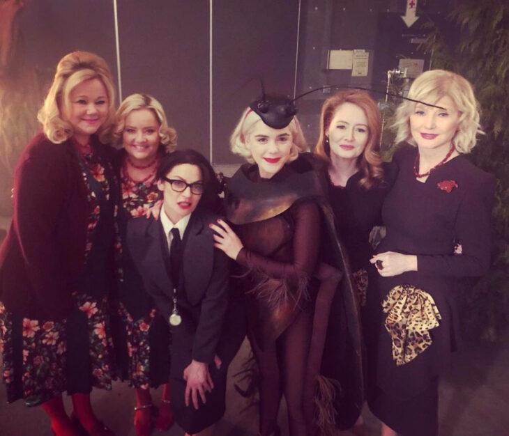 Temporada 4 de El mundo oculto de Sabrina con las tías Hilda y Zelda originales; Beth Broderick, Caroline Rhea, Miranda Otto, Lucy Davis, Kiernan Shipka y Michelle Gomez