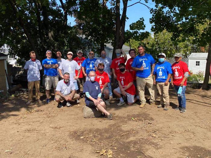 Grupo de voluntarios con playeras rojas con azul