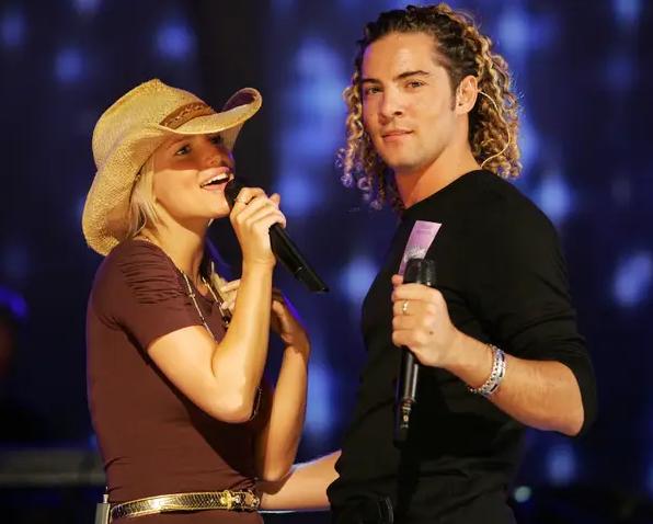 Jessica Simpson cantando con David Bisbal