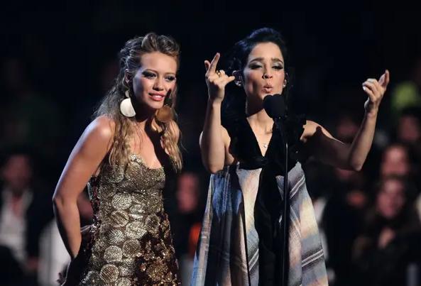 Hilary Duff y Julieta Venegas