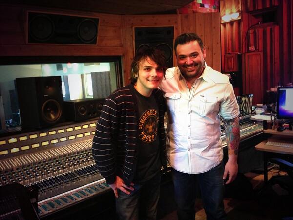 Gerard Way de My Chemical Romance con Grupo Intocable en el estudio