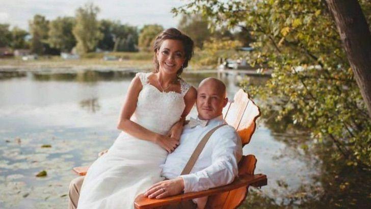 Camre y Steve Curto sentados en una silla de madera el día de su boda