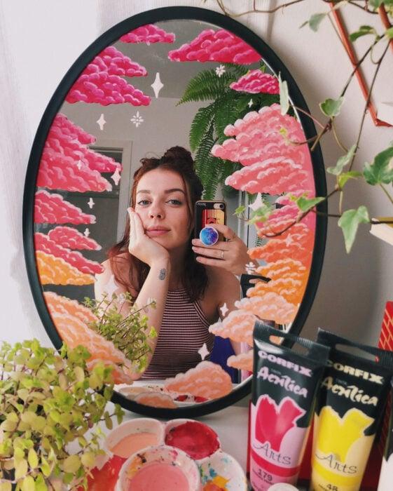 Espejo aesthetic pintado con acuarelas para selfies; nubes rosas y anaranjadas