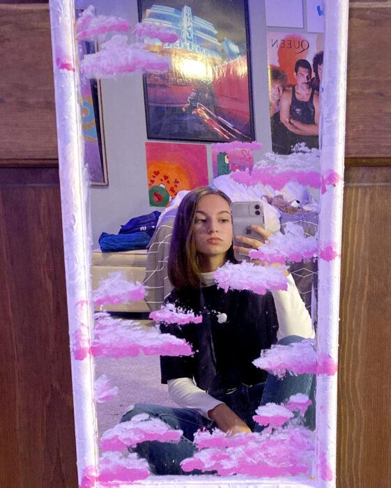 Espejo aesthetic pintado con acuarelas para selfies; nubes rosas