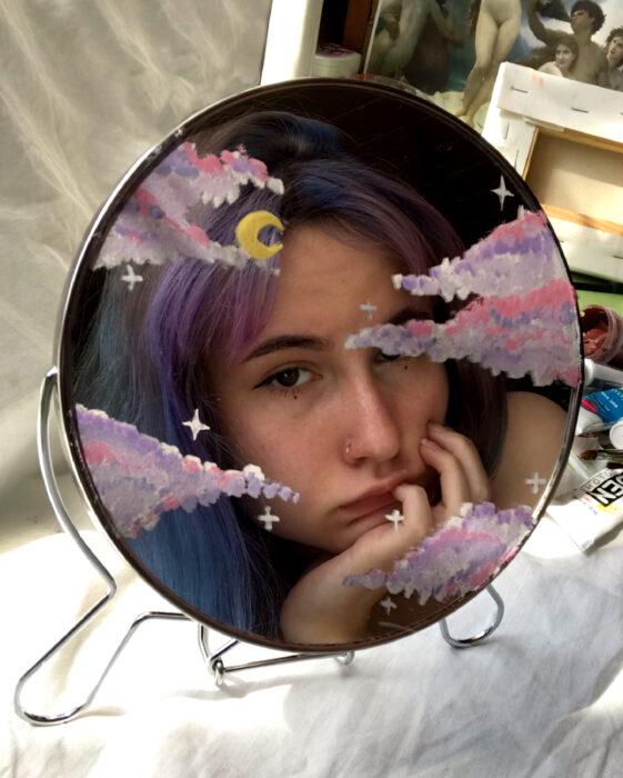 Espejo aesthetic pintado con acuarelas para selfies; nubes rosas y lilas con luna amarilla creciente