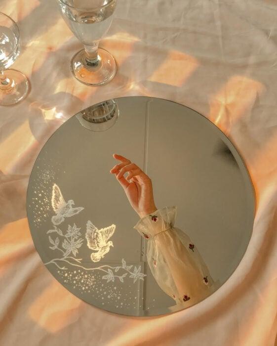 Espejo aesthetic pintado con acuarelas para selfies; palomas blancas