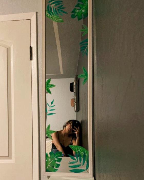 Espejo aesthetic pintado con acuarelas para selfies; hojas verdes