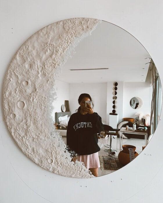 Espejo aesthetic pintado con acuarelas para selfies; luna creciente