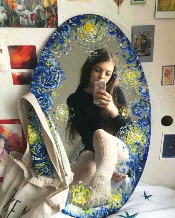 Espejo aesthetic pintado con acuarelas para selfies; La noche estrellada de Vincent Van Gogh