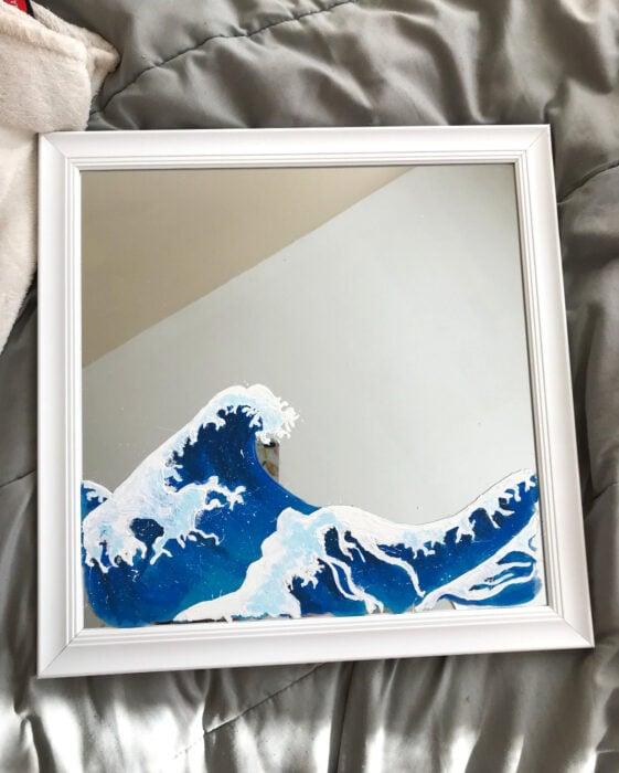 Espejo aesthetic pintado con acuarelas para selfies; ola de mar