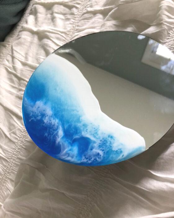 Espejo aesthetic pintado con acuarelas para selfies; ola de mar realista