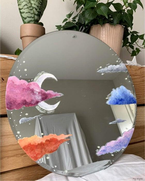 Espejo aesthetic pintado con acuarelas para selfies; nubes de colores rosa, anaranjada, morada y azul con luna creciente