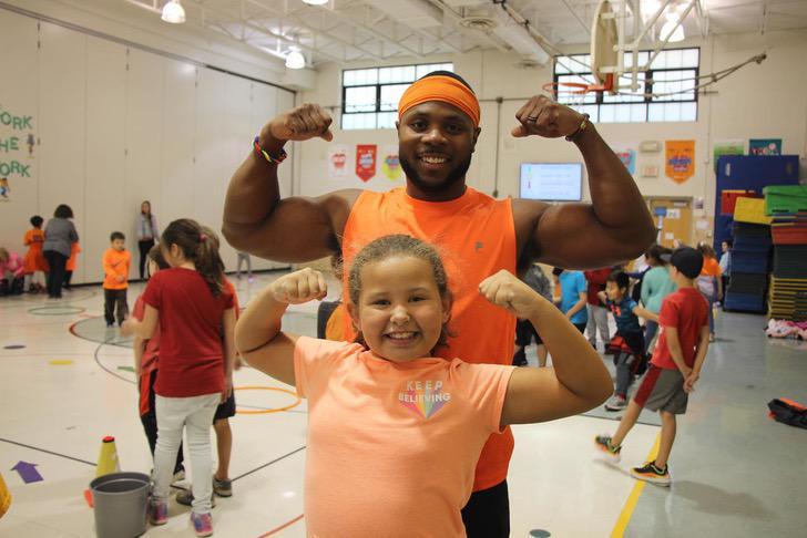 Maestro sonriendo frente a su alumna; Expandillero es elegido como el mejor maestro del año en Estados Unidos