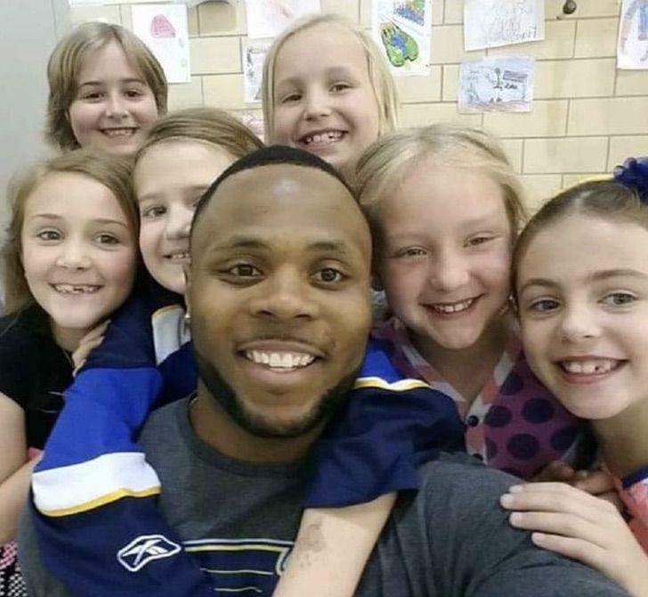 Maestro tomando una selfi junto a sus alumnos ; Expandillero es elegido como el mejor maestro del año en Estados Unidos