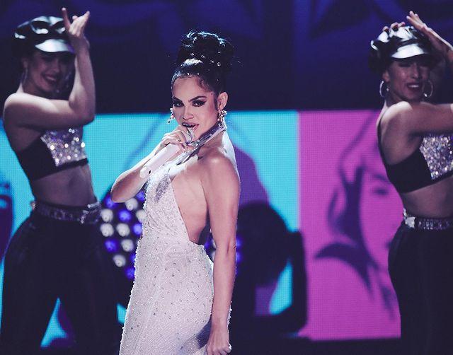 Natti Natasha vestida como Selena con traje blanco