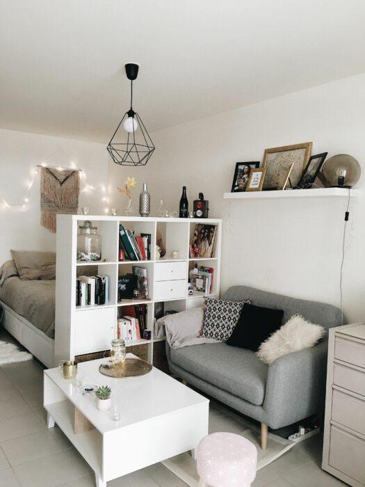 Habitación limpia y ordenada en tonos grises y blancos