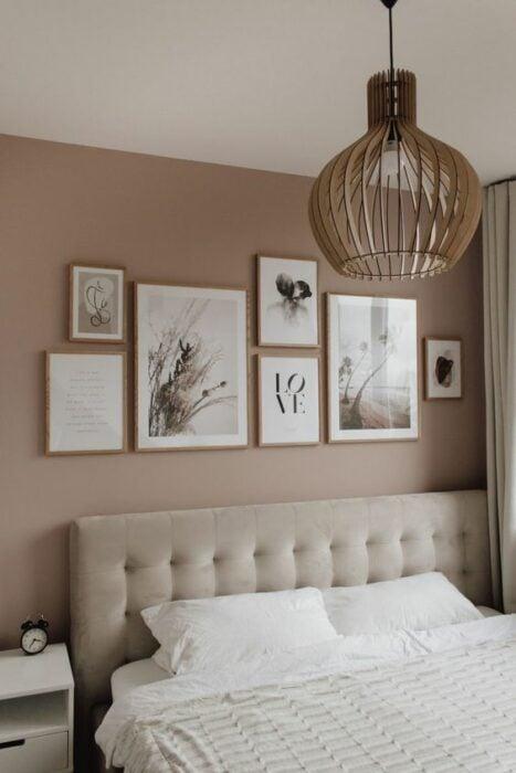 Pared de habitación decorada con varios cuadros