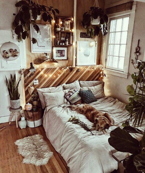 Habitación con toque boho con cama dando a una ventana