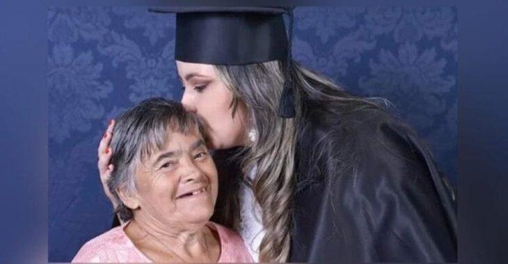 Chica durante su graduación besando a su mamá en la frente; Festeja la graduación con su madre afectada con Síndrome de Down