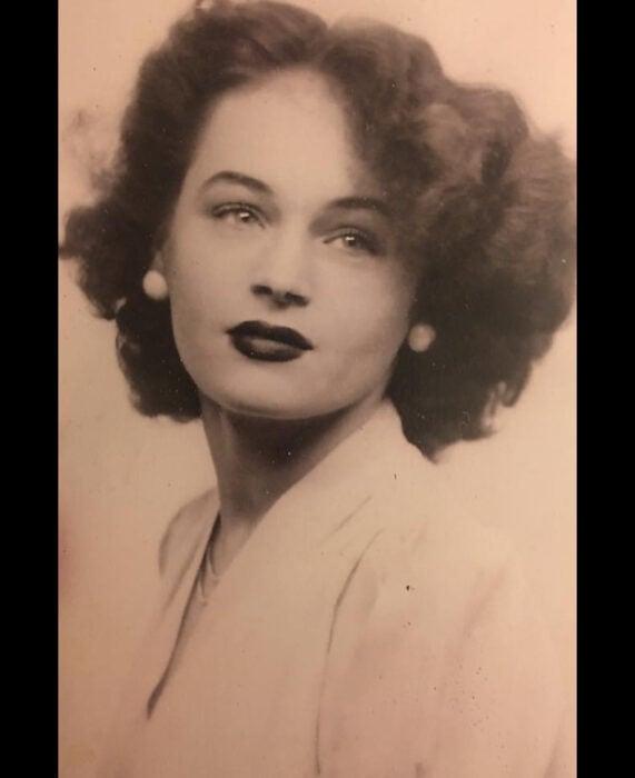 Foto vintage, antigua de abuela; mujer con peinado esponjado, ojos claros, labial oscuro, fotografía color sepia