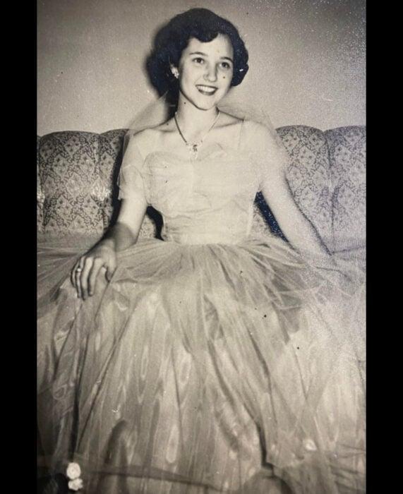 Foto vintage, fotografía antigua en blanco y negro, mujer sentada en el sillón, con cabello corto, vestido de gala de corte princesa