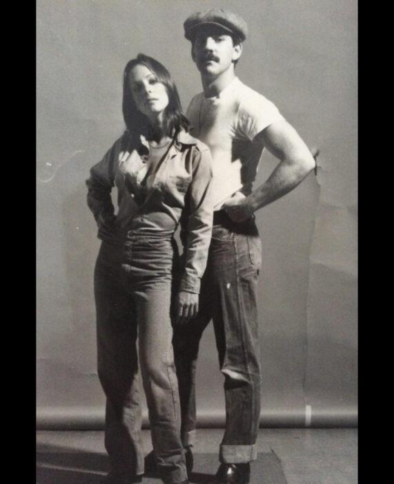 Foto vintage, fotografía antigua en blanco y negro de pareja posando, mujer vestida con blusa y jean denim, de mezclilla, hombre con boina y bigote
