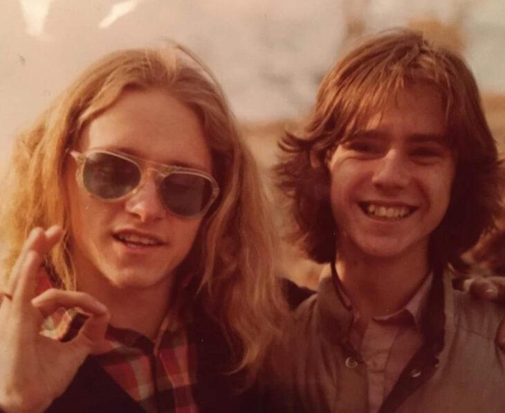Foto vintage, fotografía antigua color sepia de amigos con cabello largo