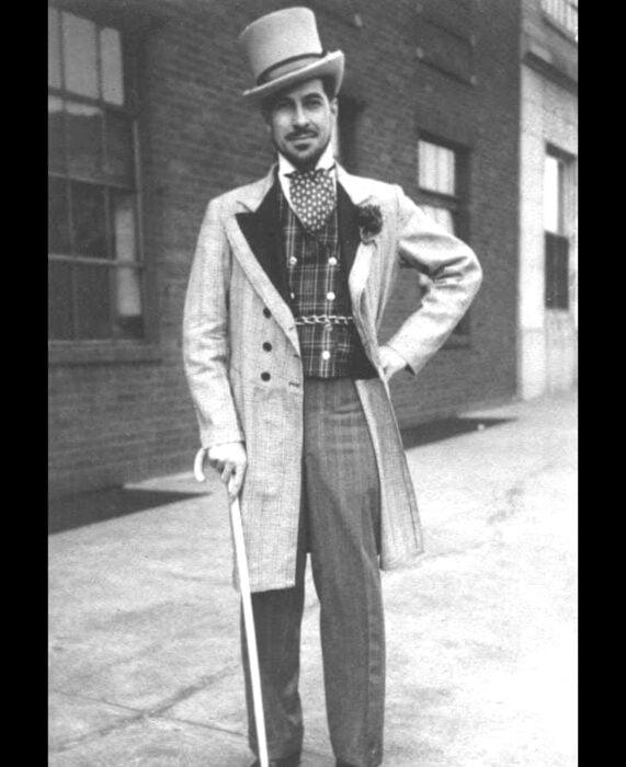 Foto vintage, fotografía antigua en blanco y negro de hombre con traje elegante, sombrero de copa, saco largo y bastón