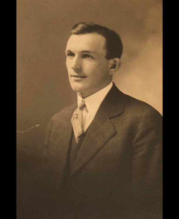 Foto vintage de abuelo, fotografía color sepia, hombre con traje elegante, sonriendo