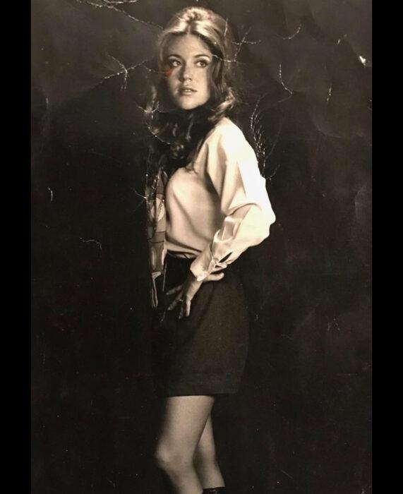 Foto vintage, fotografía antigua en color sepia, mujer con uniforme de azafata vintage, blusa blanca, falda negra