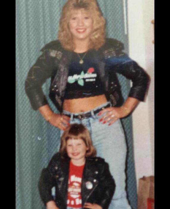 Foto vintage, fotografía antigua de mamá con su hija, mujer rockera con cabello rubio, chamarra de cuero negro con estoperoles, crop top