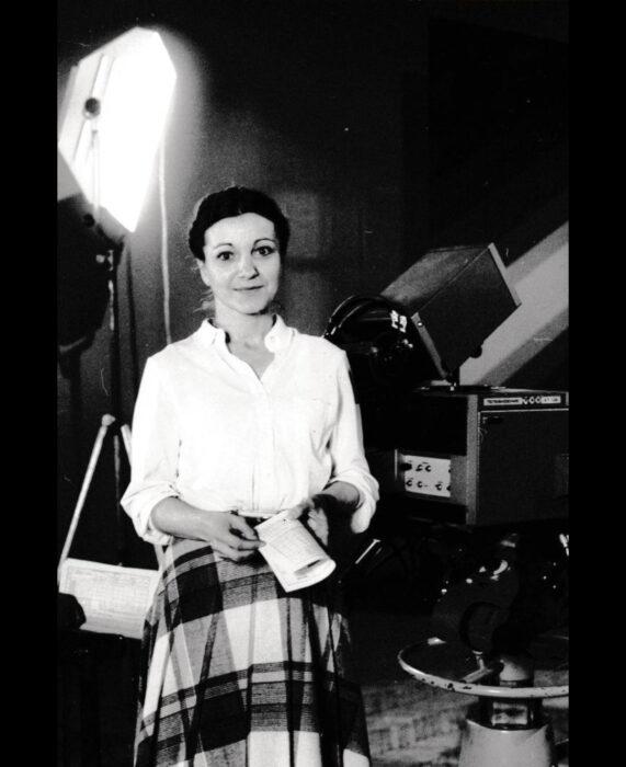 Foto vintage, fotografía antigua en blanco y negro de mujer con blusa blanca y falda de cuadros