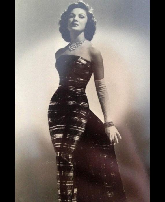 Foto vintage, fotografía antigua en blanco y negro de mujer elegante y guapa, cabello corto peinado, collar, vestido corte sirena con guantes blancos largos