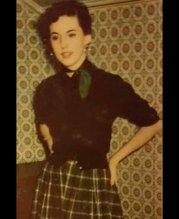 Foto vintage, fotografía antigua en color, mujer de cabello corto, con blusa negra y bufanda verde con cuadros