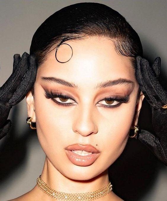 Alexa Demie con maquillaje foxy eyes y labios nude