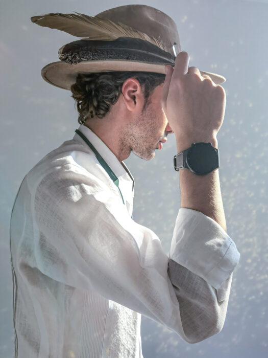 La marca de tecnología Huawei apoya a artistas mexicanos; sombrero hecho por la diseñadora Analia Barbieri