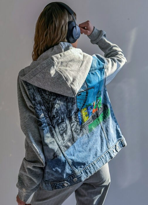 La marca de tecnología Huawei apoya a artistas mexicanos; chamarra de mezclilla pintada hecha por la artista Regina Castro