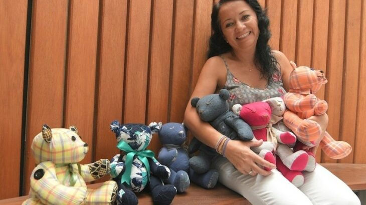 Ibbelisse Molina con algunos de los peluches que ha confeccionado