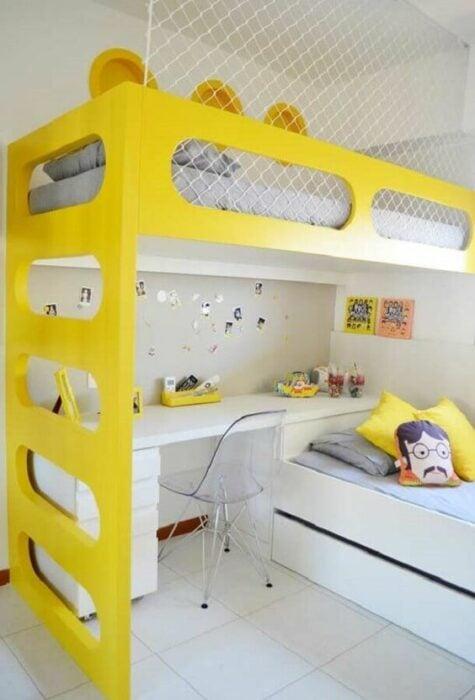 Habitación con paredes blancas con cama de dos pisos con mueble amarillo con la parte de abajo con un escritorio y la parte de arriba un colchón gris