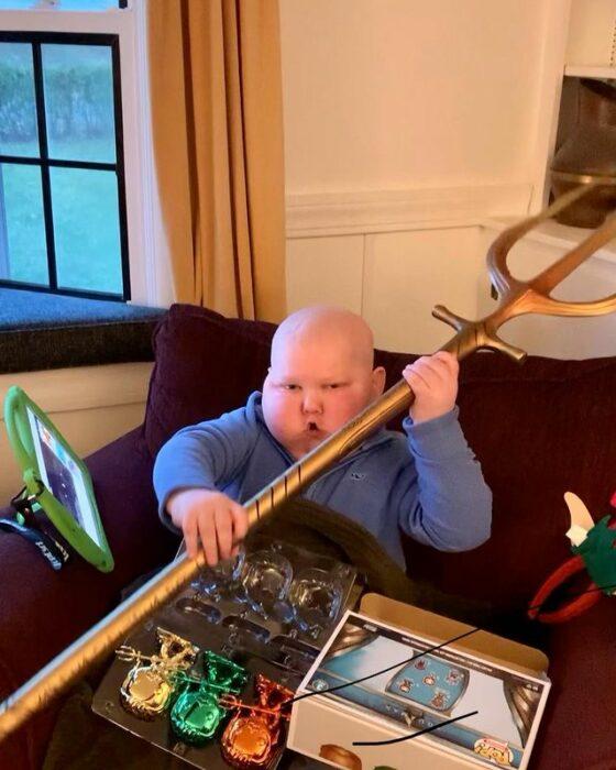 Niño sosteniendo un tridente de juguete obsequiado por Jason Momoa;Jason Momoa sorprende a pequeño fan de 'Aquaman' con regalos