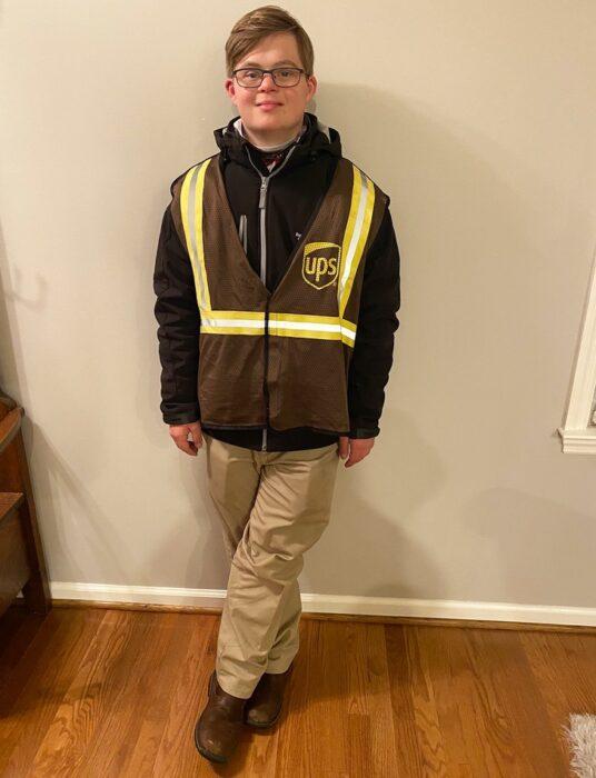 Jake Pratt con su uniforme de UPS