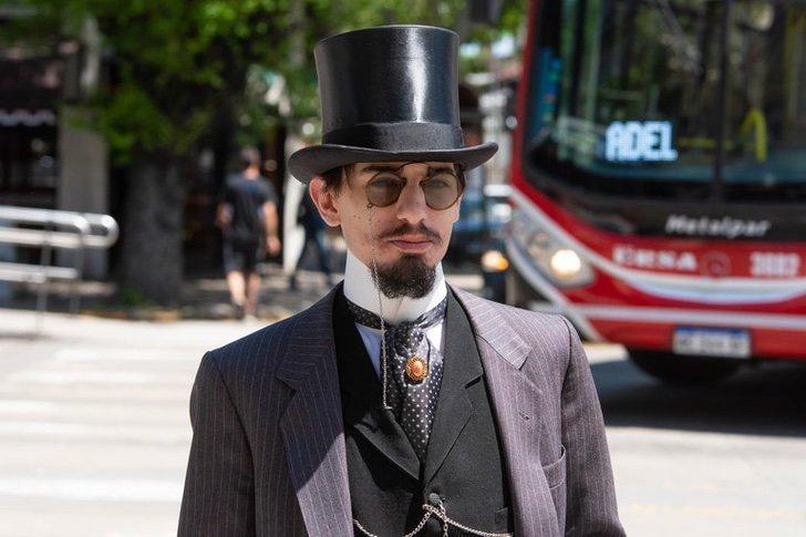 Santiago Pellegrini usando traje y sombrero de copa